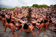 BALI - 30 DÉCEMBRE : danse traditionnelle de Kecak de Balinese chez Uluwatu Images libres de droits