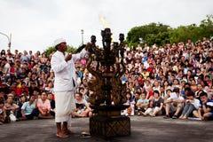BALI - 30 DE DICIEMBRE: el hombre enciende un fuego antes de Balines tradicional Fotografía de archivo
