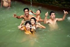 BALI - 3 DE JANEIRO: O balinese feliz banha-se no Hot Springs o 3 de janeiro de 2013, Bali, Indonésia Fotos de Stock