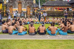 BALI - 20 DE MAYO 2018: danza tradicional de Kecak del Balinese en el templo del danu de Ulun foto de archivo libre de regalías