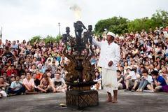 BALI - DECEMBER 30: de mens steekt een brand vóór traditionele Balines aan Royalty-vrije Stock Afbeelding
