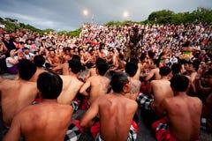 BALI - DECEMBER 30: traditionell BalineseKecak dans på Uluwatu Royaltyfri Bild