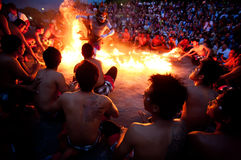 BALI - 30. DEZEMBER: traditioneller Tanz des Balinese Kecak und des Feuers an Lizenzfreies Stockfoto