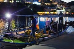 Bali, Eiland Kreta, Griekenland, - 30 Juni, 2016: De Griekse vissers gaan voor nacht weg die vissen op de vissersboot vangen Royalty-vrije Stock Foto's