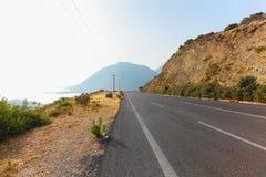 Bali, Eiland Kreta, Griekenland, - 25 Juni, 2016: Toneelbergweg en overzees met bergen op de achtergrond Royalty-vrije Stock Foto