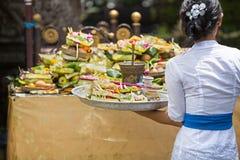 Bali-Frauen-Angebot stockbild