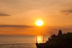 Bali gränsmärken: Tanah för hinduisk tempel för Balinese lott på solnedgången bali indonesia Royaltyfri Foto