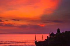 Bali gränsmärken: Tanah för hinduisk tempel för Balinese lott på solnedgången bali indonesia Royaltyfri Fotografi
