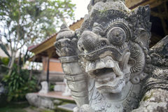 Bali-hinduiska gudscclptures på den Ubud slotten Arkivfoton