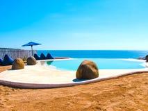 Bali, Indonésia - 19 de abril de 2012: Ideia da piscina no clube da praia do estilo do EL Kabron Ibiza Imagem de Stock