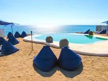 Bali, Indonésia - 19 de abril de 2012: Ideia da piscina no clube da praia do estilo do EL Kabron Ibiza Foto de Stock Royalty Free