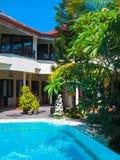 Bali, Indonésia - 9 de abril de 2012: Ideia da piscina no hotel de Flora Kuta Bali Fotografia de Stock Royalty Free