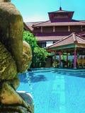Bali, Indonésia - 9 de abril de 2012: Ideia da piscina no hotel de Flora Kuta Bali Imagem de Stock Royalty Free