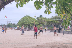 BALI, INDONÉSIA - 27 DE JULHO DE 2017: Grupo de amigos que jogam a salva da praia - grupo de pessoas das Multi-éticas que tem o d fotos de stock royalty free