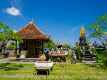 BALI, INDONÉSIA - 11 DE MARÇO DE 2017: Das esculturas ar livre dentro do templo de Uluwatu na ilha de Bali, Indonésia Imagens de Stock Royalty Free