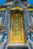 BALI, INDONÉSIA - 11 DE MARÇO DE 2017: Porta dourada do templo de Uluwatu na ilha de Bali, Indonésia Fotografia de Stock Royalty Free