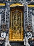 BALI, INDONÉSIA - 11 DE MARÇO DE 2017: Porta dourada do templo de Uluwatu na ilha de Bali, Indonésia Imagem de Stock