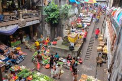 Bali, Indonésia - 9 de setembro de 2017: Mercado da manhã de Pasar Kumbasari, flores, mercado de frutas e legumes Ubud, Bali fotos de stock