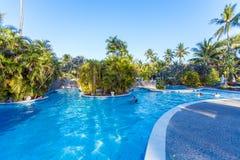 BALI, INDONÉSIE - 29 AOÛT 2008 : Touristes nageant dans énorme Image stock