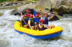 Bali, Indonésie - 11 avril 2012 : Transporter dans par radeau le canyon sur la rivière de montagne de Balis Photographie stock libre de droits