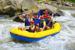 Bali, Indonésie - 11 avril 2012 : Transporter dans par radeau le canyon sur la rivière de montagne de Balis Photographie stock