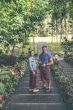 BALI, INDONÉSIE - 23 JANVIER 2018 : Couples européens de lune de miel dans le secteur de temple de balinese Île tropicale de Bali Image stock