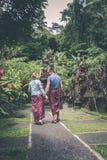BALI, INDONÉSIE - 23 JANVIER 2018 : Couples européens de lune de miel dans le secteur de temple de balinese Île tropicale de Bali Photos stock