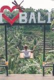 BALI, INDONÉSIE - 23 JANVIER 2018 : Jeune femme sur l'oscillation dans la jungle Oscillation tropicale de paradis bali Photo stock