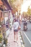 BALI, INDONÉSIE - 5 JUILLET 2018 : Femme avec le sac à dos élégant de rotin sur la rue photographie stock libre de droits
