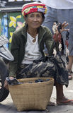 BALI, INDONÉSIE 24 JUIN : Dame âgée vendant des bibelots de singe Photo libre de droits