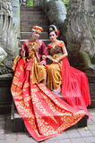 BALI, INDONÉSIE - 17 MAI Couples sur le pont de singe Ubad Bali après cérémonie de mariage le 17 mai 2016 dans Bali, Indonésie Images stock