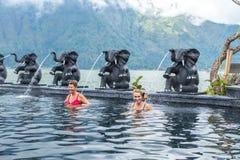 BALI, INDONÉSIE - 5 MAI 2017 : Deux femmes supérieures en bonne santé nageant dans la piscine de nature Style de vie actif bali Photo stock