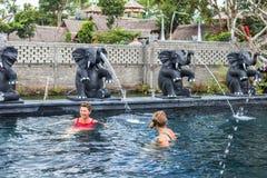 BALI, INDONÉSIE - 5 MAI 2017 : Deux femmes supérieures en bonne santé nageant dans la piscine de nature Style de vie actif bali Image stock