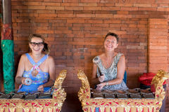 BALI, INDONÉSIE - 5 MAI 2017 : Femmes jouant sur l'instrument de musique traditionnel de Balinese gamelan ville courante de couch photos libres de droits