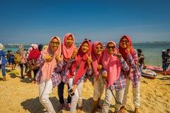 BALI, INDONÉSIE - 11 MARS 2017 : Groupe non identifié de femmes portant dans des ses têtes un jiyab et apprécier roses Images stock