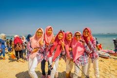 BALI, INDONÉSIE - 11 MARS 2017 : Groupe non identifié de femmes portant dans des ses têtes un jiyab et apprécier roses Photos stock