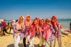 BALI, INDONÉSIE - 11 MARS 2017 : Groupe non identifié de femmes portant dans des ses têtes un jiyab et apprécier roses Image stock