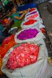 BALI, INDONÉSIE - 8 MARS 2017 : Les personnes non identifiées sur le marché de fleur de Bali d'extérieur, blanc renvoient dans la Photos libres de droits