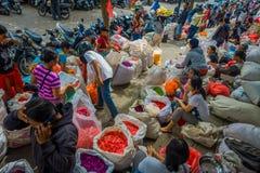 BALI, INDONÉSIE - 8 MARS 2017 : Personnes non identifiées sur le marché de fleur de Bali d'extérieur Des fleurs sont employées qu Image libre de droits