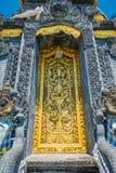 BALI, INDONÉSIE - 11 MARS 2017 : Porte d'or du temple d'Uluwatu en île de Bali, Indonésie Photographie stock libre de droits