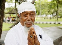 Bali, Indonésie, portrait d'un ecclésiastique plus âgé photographie stock libre de droits