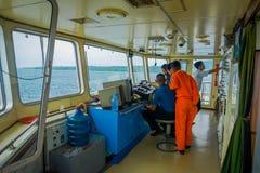 BALI, INDONESIË - APRIL 05, 2017: Cabine van het veerboot de proefbevel met de kapitein die de machines met velen in werking stel Stock Foto's