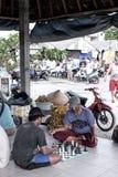 BALI, INDONESIË - APRIL 12, 2017: De mensen spelen buiten schaak stock foto