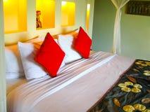 Bali, Indonesië - April 13, 2012: Mening van bungalow met bed bij Nandini-Wildernistoevlucht en Kuuroord Royalty-vrije Stock Afbeelding