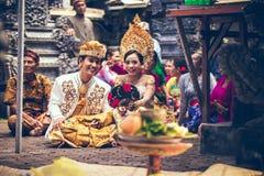 BALI, INDONESIË - APRIL 13, 2018: Mensen op Balinese huwelijksceremonie Traditioneel huwelijk royalty-vrije stock foto