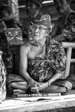 BALI, INDONESIË, 24,2014 DECEMBER: Balinese tradi van het musicusspel Stock Foto's
