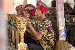 BALI, INDONESIË, 24,2014 DECEMBER: De musici in de groep spelen Stock Fotografie
