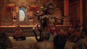 Bali, Indonesië Fabruary 3, 2018: Traditionele Balinese die Kecak-Dans ook als de Ramayana-de Aapkantiek en Brand wordt bekend stock video