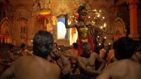Bali, Indonesië Fabruary 3, 2018: Traditionele Balinese die Kecak-Dans ook als de Ramayana-de Aapkantiek en Brand wordt bekend stock footage