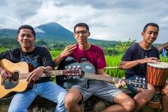Bali, Indonesië - Maart 30, 2018: De jonge musici presteren bij bij de Tegallalang-Rijstterrassen in Bali, Indonesië royalty-vrije stock foto's